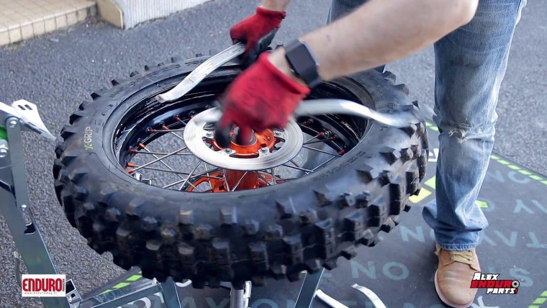 enduro magazine tuto pneu comment changer une mousse. Black Bedroom Furniture Sets. Home Design Ideas